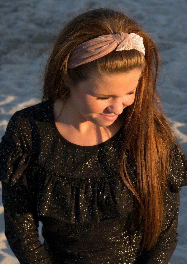 Catharina rosa fløjlshårbøjle | Langærmet MOR flæsebluse i sort med glitterprint