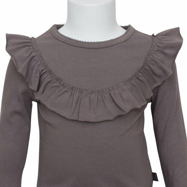 Grey frill blouse front | Koksgrå langærmet bluse med flæse