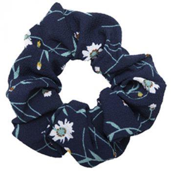Mørkeblå crepe scrunchie med blomster